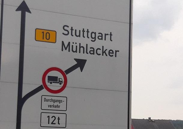Segnale stradale di camion attraverso traffico divieto